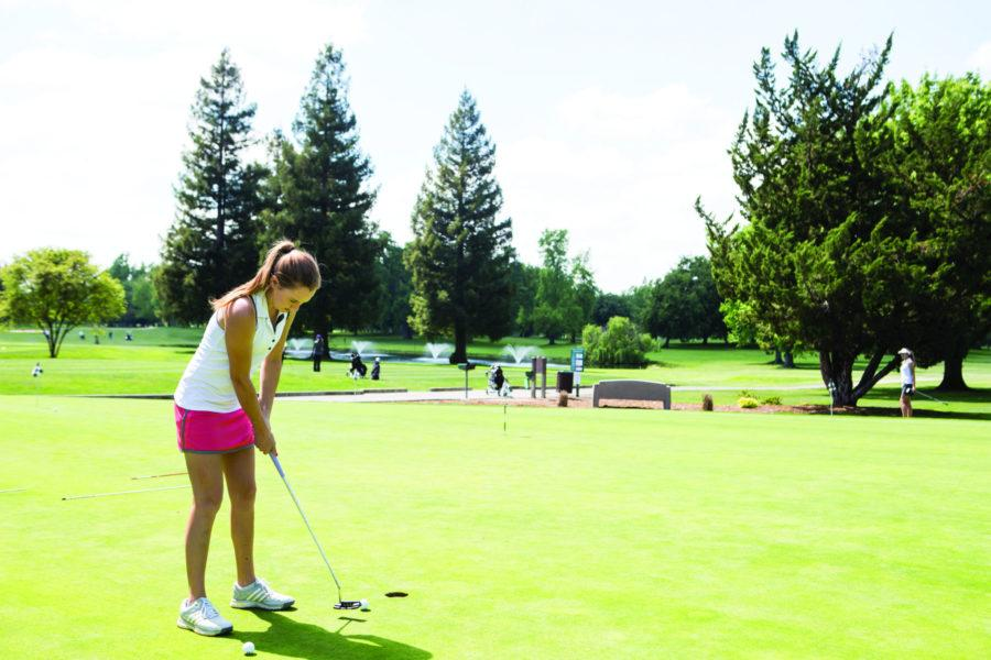 Sophomore+Katie+Dunaway+prepares+for+a+putt+during+an+afternoon+practice+on+Monday%2C+April+11.%C2%A0