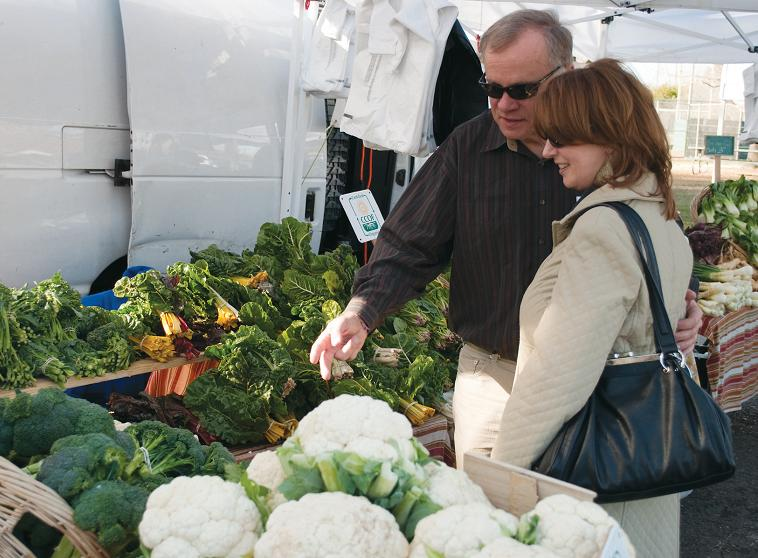 Customers+browse+the+selection+of+produce+from+Rio+de+Parras%0AOrganics+in+the+Carmichael+Park+farmers+market.%0A