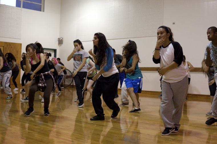 Members+of+Sac+Modern+are+practicing+their+hip-hop+dance+moves+at+the+group%27s+workshop.