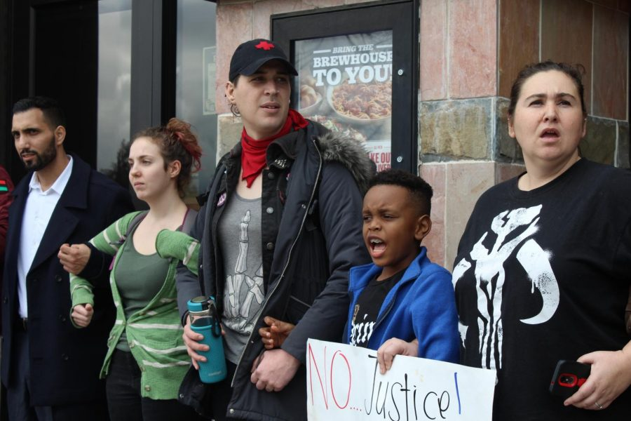 Protesters+chant+and+link+arms+in+front+of+BJ%27s+Restaurant+and+Brewhouse+at+Arden+Fair+Mall+in+Sacramento+Sunday.+Protesters+were+gathered+in+response+to+the+Sacramento+District+Attorney%27s+decision+not+to+charge+the+officers+involved+in+the+shooting+of+Stephon+Clark.