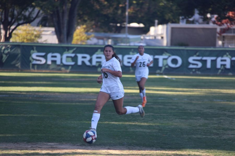 Sacramento+State+junior+forward+Julia+Herrera+dribbles+downfield+against+the+University+of+Idaho+Friday%2C+Oct.+25+at+Hornet+Field.+The+Hornets+won+in+double+overtime+over+the+Vandals+1-0.