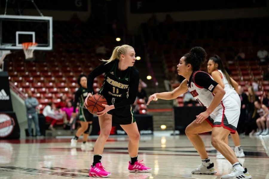 Sac+State+sophomore+guard+Summer+Menke+looks+for+an+open+teammate+while+being+guarded+by+Southern+Utah+junior+forward+Jessica+Chatman+on+Thursday%2C+Feb.+13+at+the+America+First+Event+Center.+The+Hornets+defeated+the+Thunderbirds+71-62+on+the+road.+