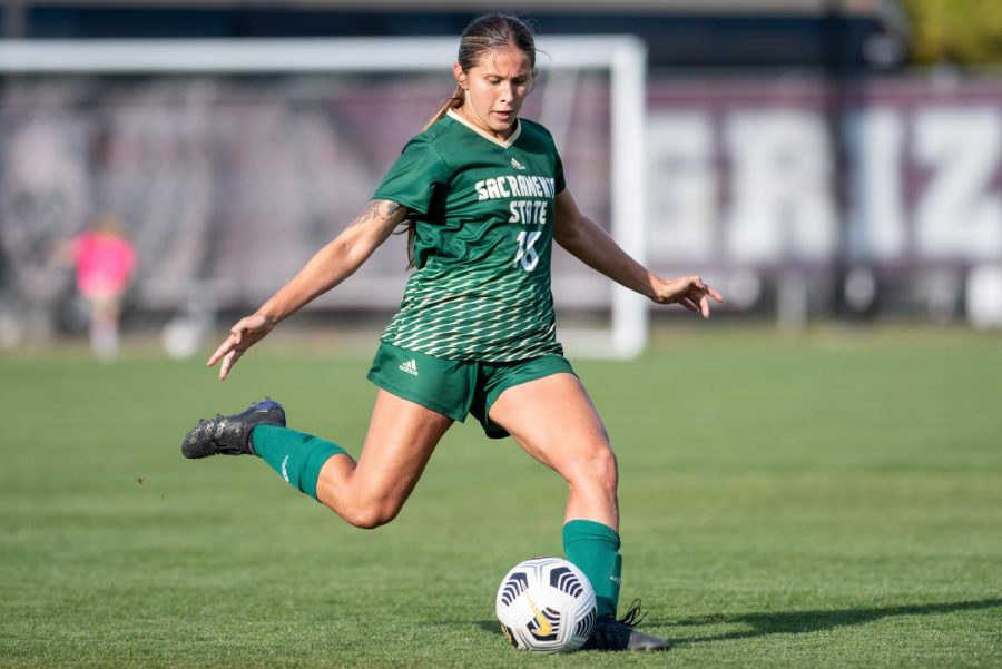 Senior+midfielder+Julia+Herrera+%2816%29+attempts+a+clearance+in+the+middle+of+the+field+on+Friday%2C+Oct.+1%2C+2021%2C+at+South+Campus+Stadium.+The+Hornets+were+defeated+by+the+Grizzlies+1-0+and+fell+to+0-2+in+the+Big+Sky.